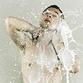 Hombre en leche de aerosoles