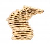 Inestable pila de monedas de oro aislado sobre fondo blanco