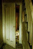 Porta interior da casa abandonada