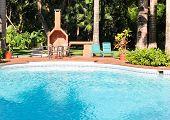 Patio y piscina tropical