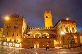 Palazzo del Podestà, Piazza Maggiore & Neptun-Brunnen in der Nacht im Zentrum von Bologna.