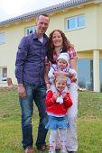 Familie an ihrem Haus nr 2