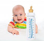 kleines Baby mit Milchflasche.