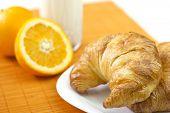 gesundes Frühstück mit Croissants, Orange und Milch