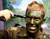 Soldado poner bala en la cabeza en un parque