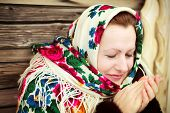 The Russian woman in a shawl warms hands