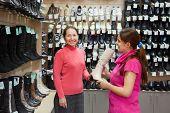 Frauen in Schuh-Shop einkaufen