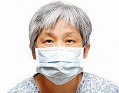 mulher sênior com máscara protetora