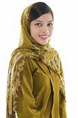 Retrato de uma jovem muçulmana no fundo branco