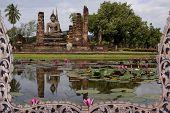 Buddhastatue mit Reflex auf der Lotus-Pool.