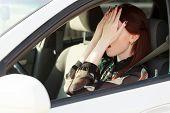 Problemas en el camino, niña esconde la cara en las manos en un coche