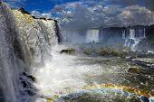 Cataratas del Iguazú, la mayor serie de saltos de agua del mundo, ubicado en el Brasil y Argentini
