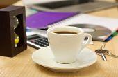 Tasse Kaffee mit Office desktop Nahaufnahme
