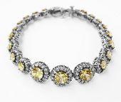 pulseira de prata e diamantes com pedra Topázio Amarelo em fundo branco