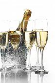 Flautas de champán y cubo de hielo