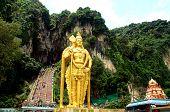 La enorme estatua de oro en Malasia Batu Caves