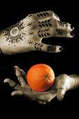 Mãos de mulher com laranja
