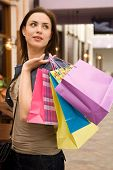 Menina com sacos de compras