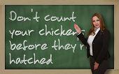 Lehrer zeigen zählen nicht Ihre Hühner, bevor sie auf Blackboard geschlüpft sind