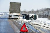Camión remolque accidente smash accidente de coche en una carretera interestatal de nieve de invierno resbaladizo