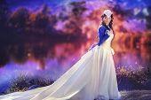 Belleza morena hermosa en un vestido tradicional
