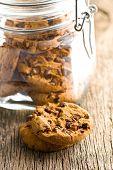 os cookies de chocolate na mesa da cozinha