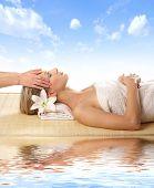 Mulher atraente, recebendo tratamento de spa isolado no branco