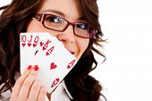 Weiblicher Pokerspieler mit einem Royal Flush - isolated over white