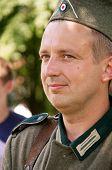 Nazi lächelnd