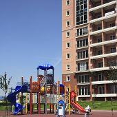 een verhoogde uitzicht op dia's en schommelingen in het park