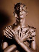 Färbung. Bodyart. Bronze Karosserie des Mannes im Schatten. Grace