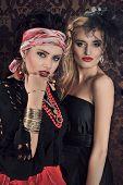 Porträt von wunderschöne Zigeunerin mit anderen Frauen
