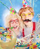 Divertida pareja nerd celebrando