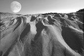 Surreal montículos de fotografias combinadas de Sandy Beach e Lua