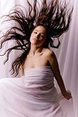 Phantasy Frau in weiß mit Flugfähigkeit Haar