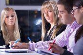 groep jongeren op meting of in business school, selectieve aandacht