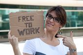 Arbeitslose Frau Anzeigen einer Nachricht in einem Karton, die sie frei arbeiten ist