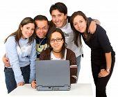 Gruppe von Studenten auf einem Laptopcomputer