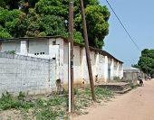 Постер, плакат: Электричество мощность питания полюса и кабель в деревне Гамбии