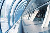 Blick auf einen langen Korridor in Flughafen
