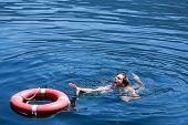 Homem se afogando
