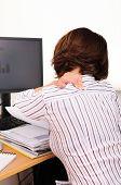 Business Person arbeiten und halten den Hals mit Schmerzen