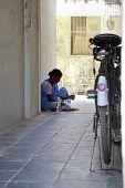 Empregada indiana almoçando de papel de jornal