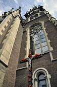 Iglesia y el crucifijo