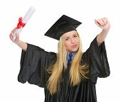 Happy Young Woman In Graduation Kleid mit Diplom Jubel Succ