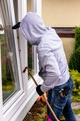 a burglar tried to break at an open window with a crowbar