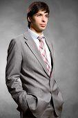 Retrato do empresário em um terno cinza. Em estúdio.