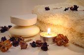 Lo esencial del Spa (vela, jabón y toalla con flores)