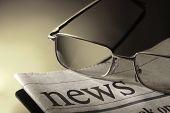 jornal e óculos