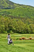 Jogador de golfe no campo de golfe com saco de golfe